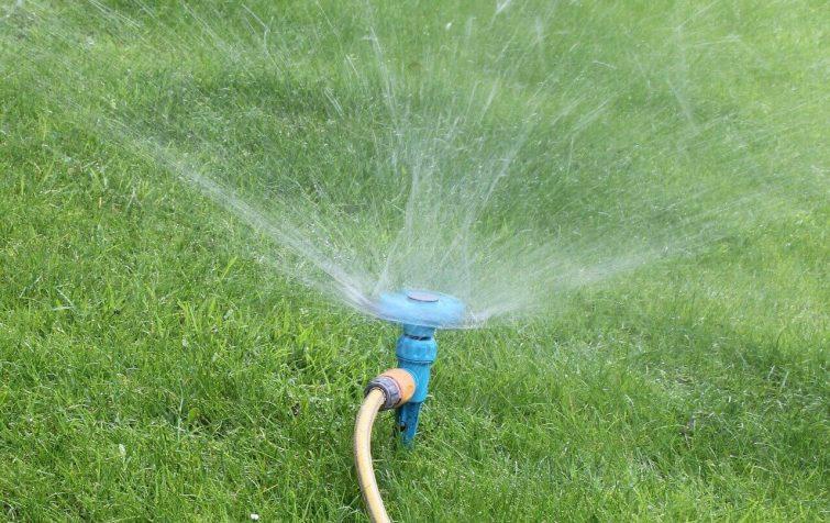 C mo hacer un sistema de riego casero por aspersi n 2018 for Sistema de riego por aspersion para jardin